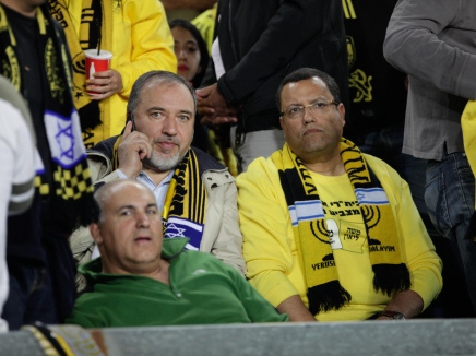 """المرشح """"موشيه ليئون"""" يجلس بالقرب من ليبرمان في مباراة لفريق """"بيتار يروشليم"""""""