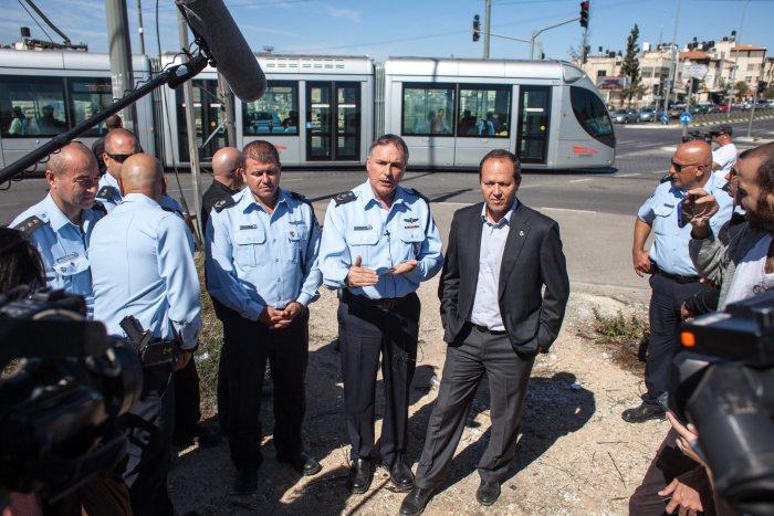 """الثلاثي بالقرب من محطة """"بيت حنينا"""" للقطار الخفيف - مصدر الصورة: جريدة هآرتس"""