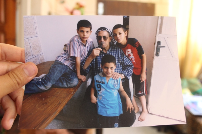 محمد في عمر صغير مع جده وأطفال العائلة