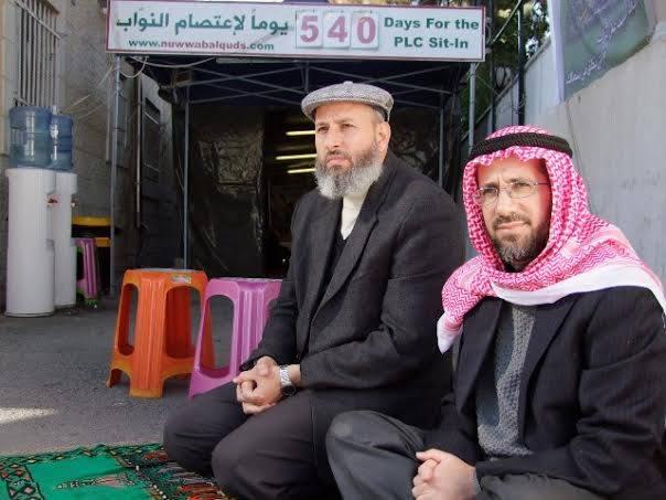 النائب محمد طوطح، والوزير السابق خالد أبو عرفة، أثناء الاعتصام في خيمة الصليب الأحمر