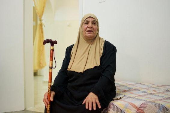 الحاجة معزوزة عطون والدة الأسير السابق جهاد عطون، تتحدث عن السنين الطوال في زيارة أبنائها المعتقلين. تصوير: صفاء خطيب